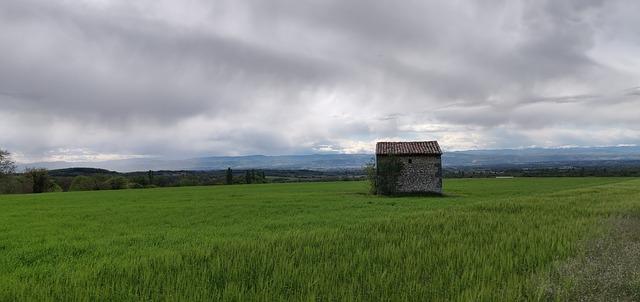 déšť na louce s domem