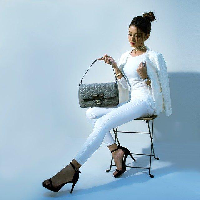 žena na židli