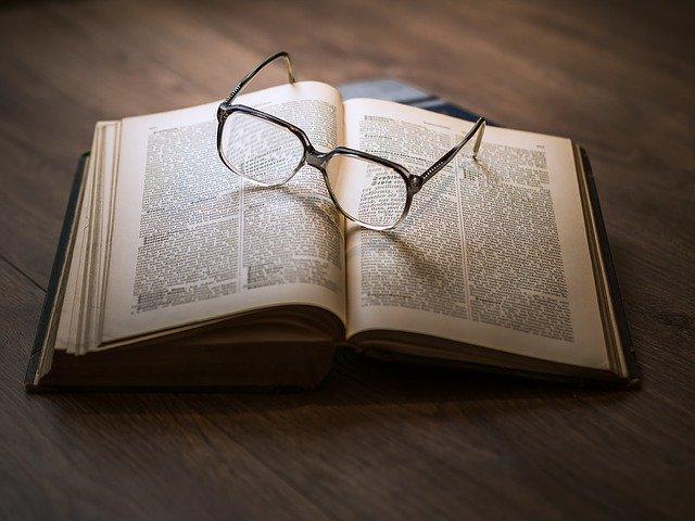 kniha pod brýlemi