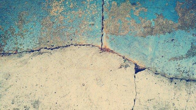 rozpraskaný beton