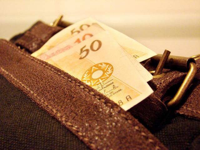 eurobankovky založené v kapse kalhot