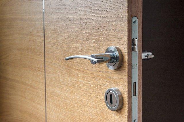 otevřené dveře – zaměřeno na zámek, kliku